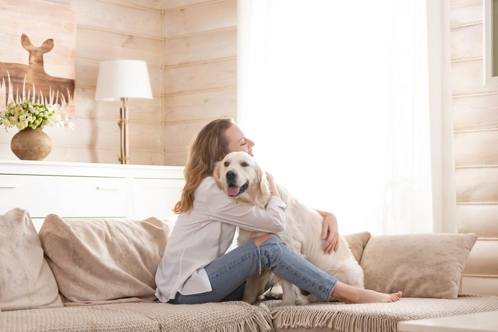 petsitter woman dog couch